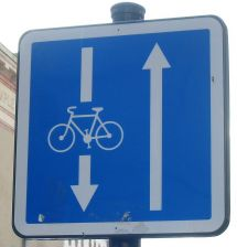 800px-Cycle contraflow Rennes 2